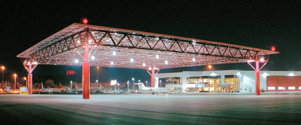 Hangar de 175' x 175' para Swift Aviation en Sky Harbor, Phoenix, Arizona, Estados Unidos, diseñado por KG Architects. Foto por Chris Palmer.