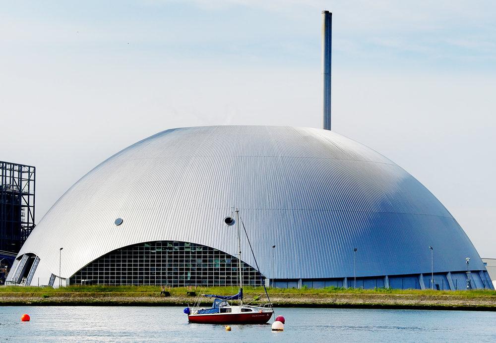 El domo Marchwood se extiende 100m y encierra una planta de conversión de desechos en energía, en Southampton, Inglaterra.