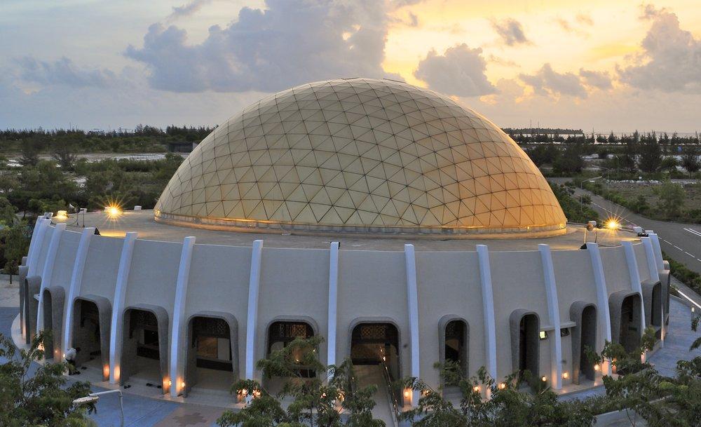 La Mezquita Hulhumale en las Maldivas es reconocida como uno de los más hermosos lugares de oración al sur de Asia.