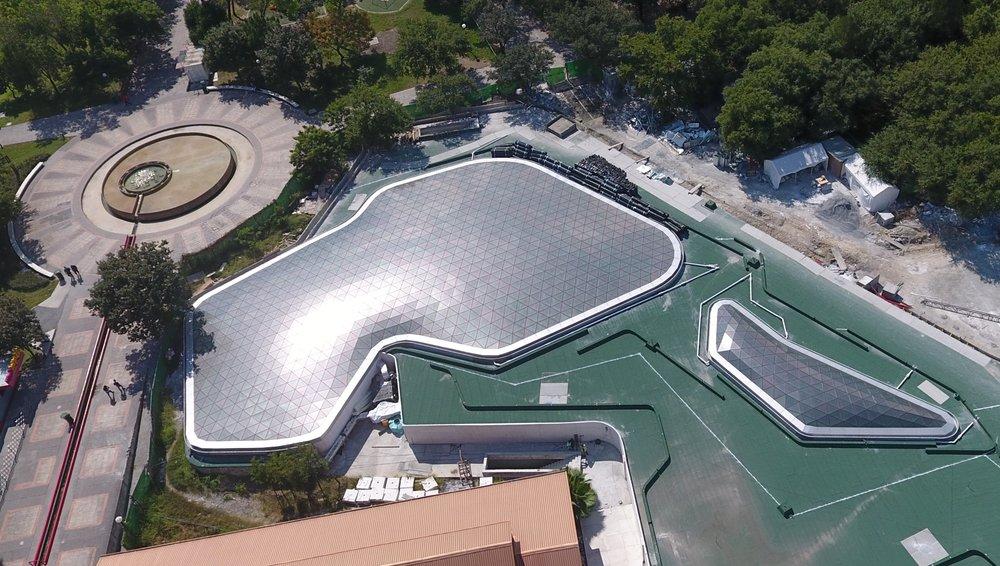 Tragaluz de forma libre que cubre el Papalote Museo de los Niños, en Monterrey, México.