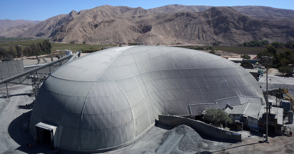 Coemin Freedome®. An irregularly shaped design was required for a mining operation near Copiapó in northern Chile, which covered the copper stockpile, equipment and buildings.