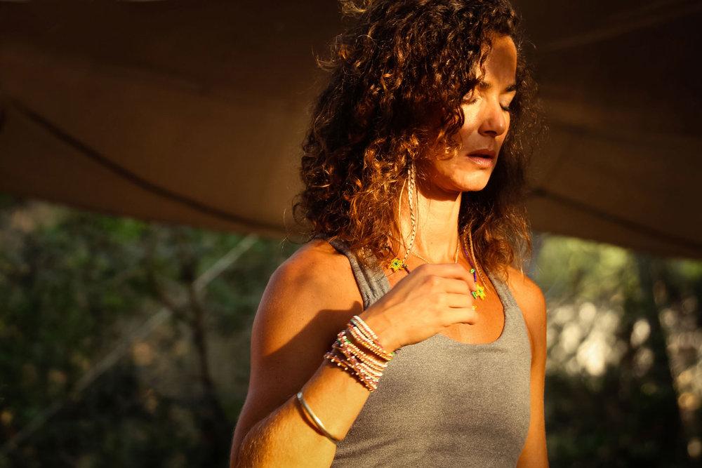 Das Gefühl für die eigene Wertigkeit liegt in diesem unseren Kern wie die Perle in einer Muschel verschlossen. Über den Kontakt mit unserem Körper, kommen wir Schicht für Schicht, Moment für Moment, Atemzug für Atemzug immer mehr in eine Verbundenheit mit unserem eigenen Selbstwert. Daher steht der Körper und der Umgang mit Selbst-Akzeptanz, Selbst-Liebe und Selbstwirksamkeit im Zentrum unserer gemeinsamen Arbeit.Wir beginnen mit dem Wahrnehmen, Erkennen, Reflektieren, in Bewegung kommen, Auflösen, Loslösen, Abschütteln, bis hin zum Gehen neuer Wege. -