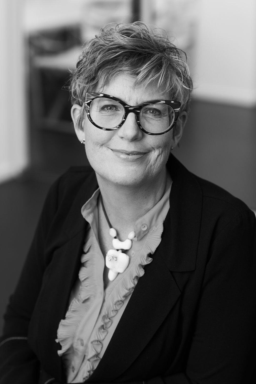 Gry Asnæs,  Partner  gry@asnaes-vangstrup.dk  +45 20 73 71 13  Gry er uddannet advokat, mediatoradvokat og Coach og har over 20 års erfaring i rådgivning af hospitality-branchen. Udover at virke som underviser, uddannelsesdesigner, foredragsholder, rådgiver, jurist, coach, mediator, mentor og NPS-facilitator er hun forfatter/medforfatter til en lang række brancheorienterede fag-og undervisningsbøger.