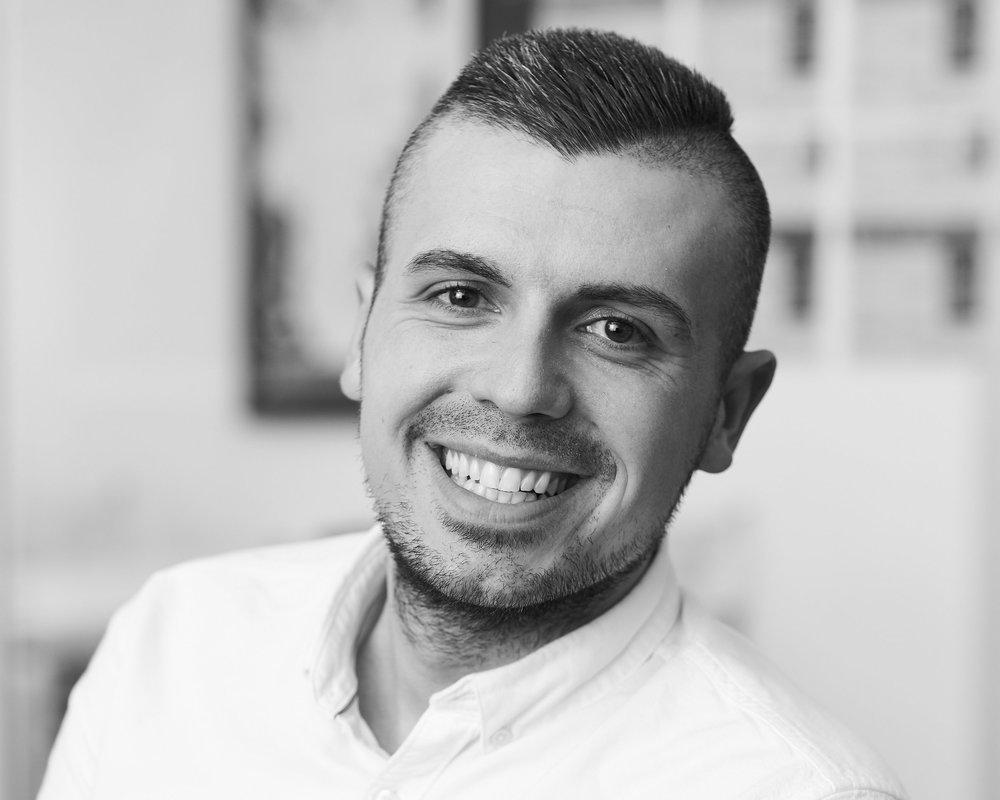Zejlko Bratic,  Administrations- og analysechef  analyse@asnaes-vangstrup.dk  +45 70 23 48 08  Zejlko er Cand.tech. i Operations and Innovation Management med specialisering I Global Management. Han er - som leder af analysesektionen - ansvarlig for indsamling validering, kvalificering og analyse af data om hospitality-branchen. Zeljko er desuden support-ansvarlig for loyalitets-servicen, RelationManager.