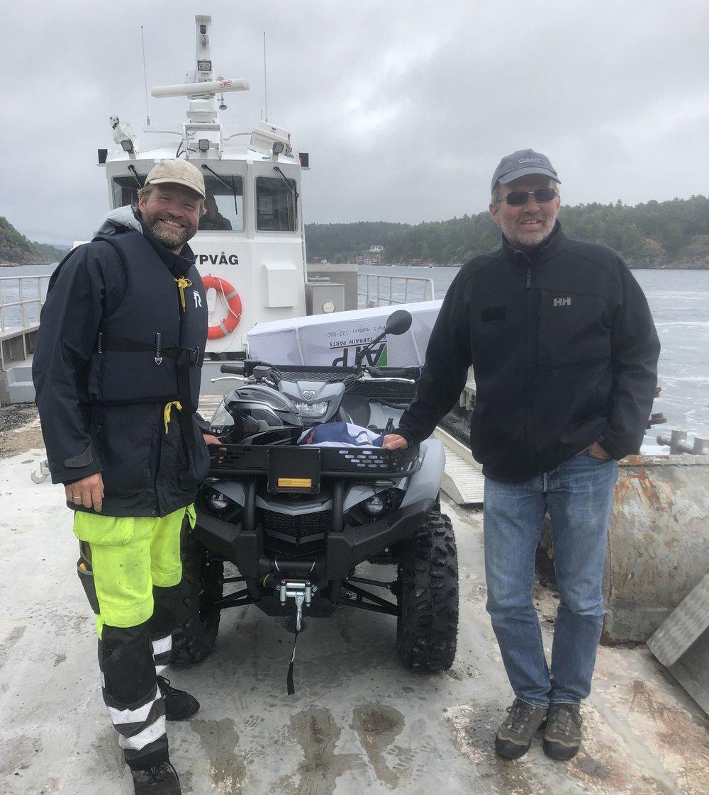 To stolte karer, Torbjørn Stensveen og Jørgen Aargaard, har vært på Hagefjordbrygga og hentet den nye ATV-en til brannlaget. Sørlandet Maritime sørget for gratis lekterfrakt som sitt bidrag.