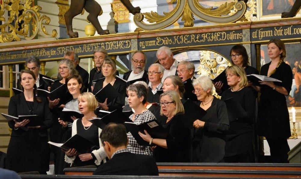I oktober 1980 ønsket fire korfrelste damer å samle øyfolk til sang.Det møtte 12 sangere og 12 dirigenter med 12 forslag til repertoar. For korfredens skyld ble det fra da av slik at Birthe sang med ryggen til publikum. Korets navn ble helt av seg selv Sandøykoret. -