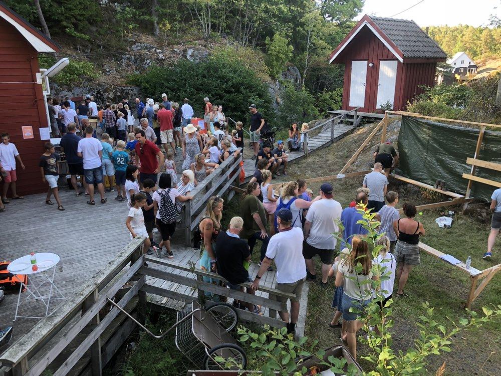 Det var stor oppslutning om årets sommerbasar på Kjennhaug. Foto: Erik Garaventa