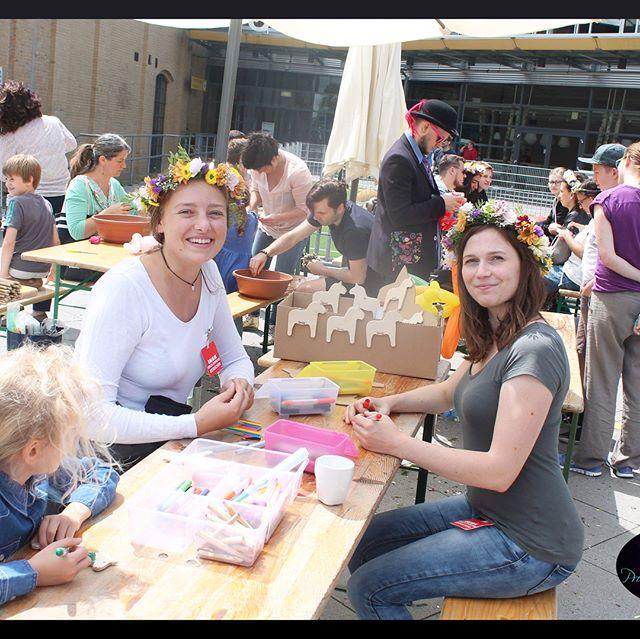 IKEA Midsommarbrunch mit den Mädels beim Kränze flechten und Dalarnapferdchen bemalen, Seifenblasenshow & dem Zauberer #ikea #midsommar #brunch #ikeafood #ikeafamily #ikeafamilycard #family #berlin #ikeadeutschland #schweden #shopping #happyweekend #bestoftheday #happy #fun #amazing #life #style #food #friends #smile #seifenblasen #bubbles #zauberer #zauberei #dalarnapferdchen #linipromotion