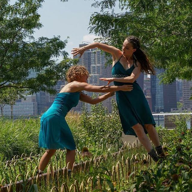 Another amazing Community Workshop and Performance by our beloved @mrikernyc and @kinesisproject at INSITU 2018 💚💙 #insitu #insitudancefestival  #insitudance #sitespecificdance #sitespecific #sitespecificart #dance  #dancefestival #nyc #longislandcity #queens #dancenyc #contemporarydance #performance #danceperformance #danceinpublic #SpeakingInDance #tanz #art #danceinpublic #danceeverywhere #connect #engage #play #create #inspire #insitudance2018 #dancer #community #dancelife  Photos by @stephen_delas