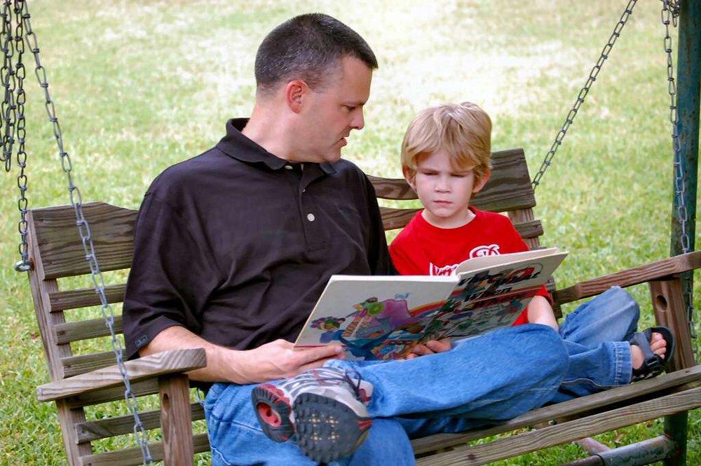 daddy-reading-1432159.jpg