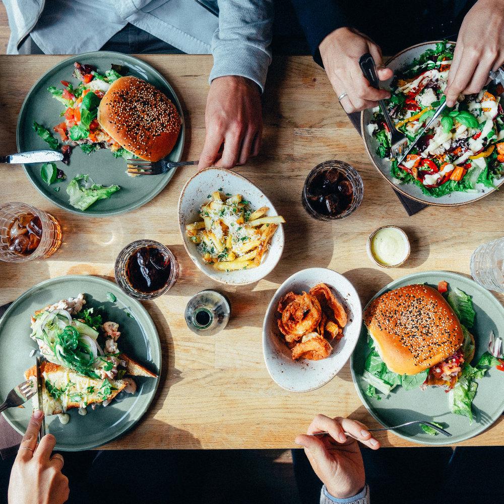 Dattera til lothe - Vårt uformelle spiseri & bar for de som vil ut å kose seg en mandag som lørdag uten at det blir for formelt. Deilig lokal mat, og gode drinker laget med kjærlighet. Her har vi en enkel lunsj og kveldsmeny med noe for enhver smak.