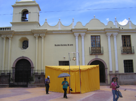 Pablo Helguera, The School of Panamerican Unrest, 2006. Schoolhouse in front of the Galeria Nacional de Arte, Honduras. Courtesy of the Artist. Previous Page: Suzanne Lacy, Skin of Memory Revisited, 2011. Museo de Antioquia, Medellin, Schoolhouse in front of the Colombia. Courtesy of the Artist.