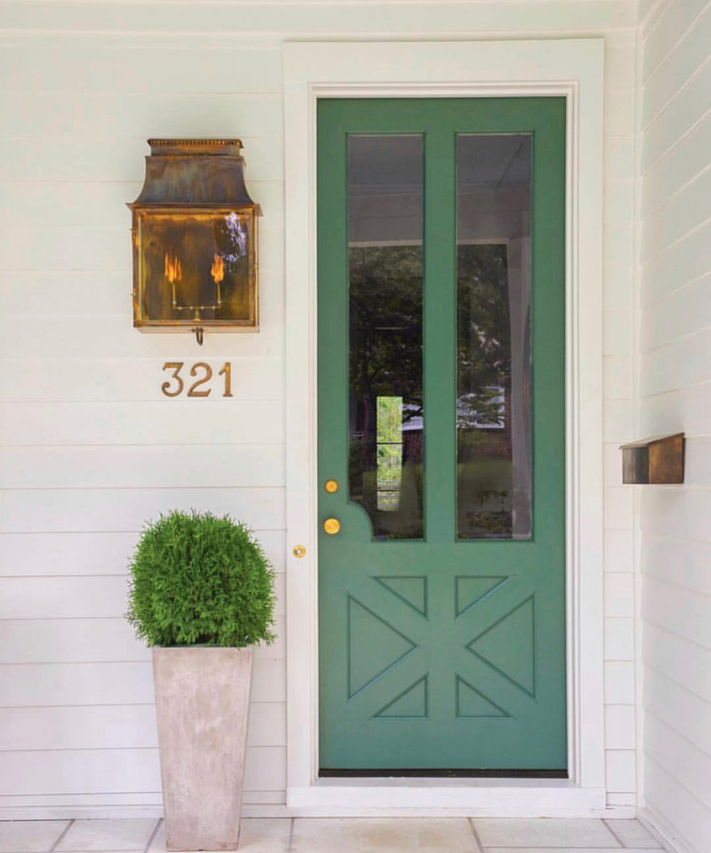 Charming entryway image via  @lucywilliamsinteriors