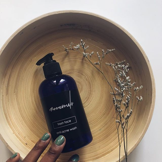 our fresh face facial cleanser is packed with natural root based ingredients that help reduce oil, purge pores and remove bacteria. Hero ingredient: TEA TREE!!!