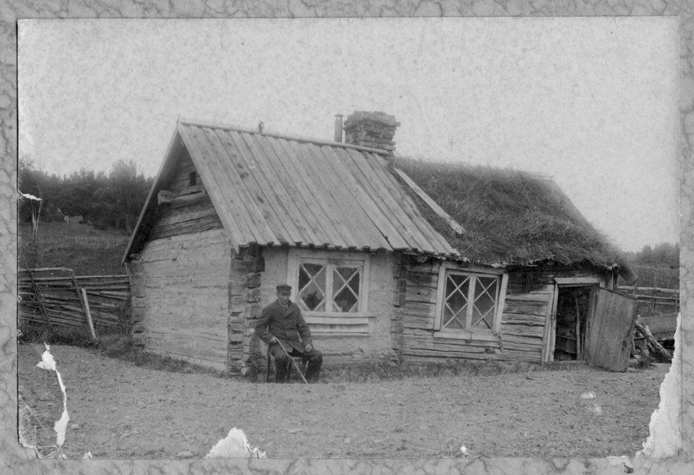 Äldre man utanför Pickhus krog, Wäsby, ca 1890
