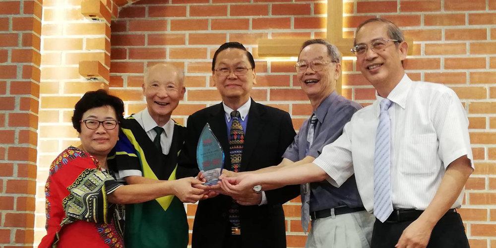 Presenting Rev Tuan a plaque of appreciation at his retirement service SIM 东亚区与台湾区联合赠送纪念品给段牧师夫妇