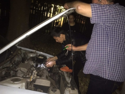 Machanics trying to start the car  修车师傅在努力修车中
