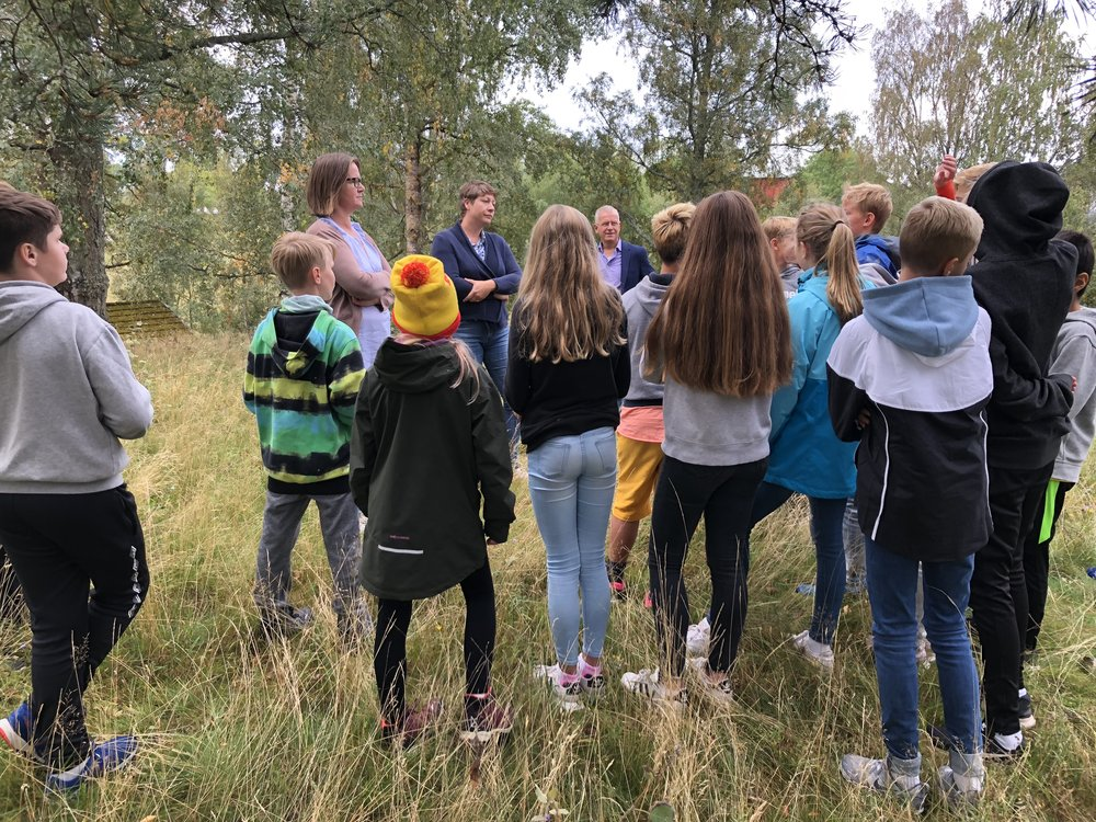 Elevene følger nøye med når forfatter Lise Grimnes og arkeolog Pia Skipper Løken forteller om Ridderhaugen gravhaug. Foto: Bente Aasheim