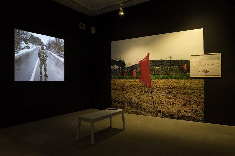 """Son Çıkış    (2016)   Kürşat Bayhan'ın yaklaşık 3 sene önce içinde yaşadığı şehrin değişimini ve kırsal alanda yaşanan topografik değişimleri fotoğraflamaya başladı. Bayhan, Kuzey Marmara Otobanı ve 3. Köprü rotası üzerinde yaptığı yolculuklarda bölgede yaşayanlarla konuşarak, gün ve gün yaşanan değişimde ana metaforunu kırsal yaşam, manzara ve portreler üçgeninde kurguladığı """"Son Çıkış"""" isimli projesini oluşturdu. """"Son Çıkış"""", 20 milyona ulaşan şehir nüfusuna rağmen yaklaşık 1 saat uzaklıkta şahit olduğunuz iklim ve bitki örtüsü size Anadolu'da bir kasabada hissettirirken kısa bir süre içerisinde bunun kaybolduğuna tanık olmanın üzücü sürecini aktarıyor.."""