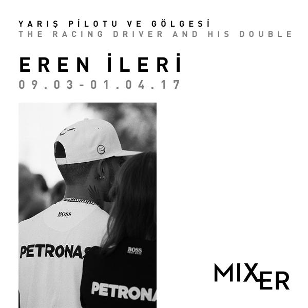 """Yarış Pilotu ve Gölgesi    (2017)   Eren İleri, Mixer Açık Depo'da yer alacak analog, siyah & beyaz fotoğraflardan oluşan serisi """"Yarış Pilotu ve Gölgesi"""" ile insan ve teknoloji arasındaki doğanın ve doğal yeteneklerinin ötesine """"uç noktalara"""" taşınmış ilişkiyi sorguluyor. Formula 1 Grand Prix yarışları özelinde kurgulanmış, ütopya / distopyanın bir resmi sayılabilecek yapay topografyalarda şahit olunan kısa ama göz kamaştırıcı """"an""""ları belgeleyen İleri, göstergebilim çerçevesinde gösteriyi ve yok-mekan içinde bedeni analiz ediyor."""