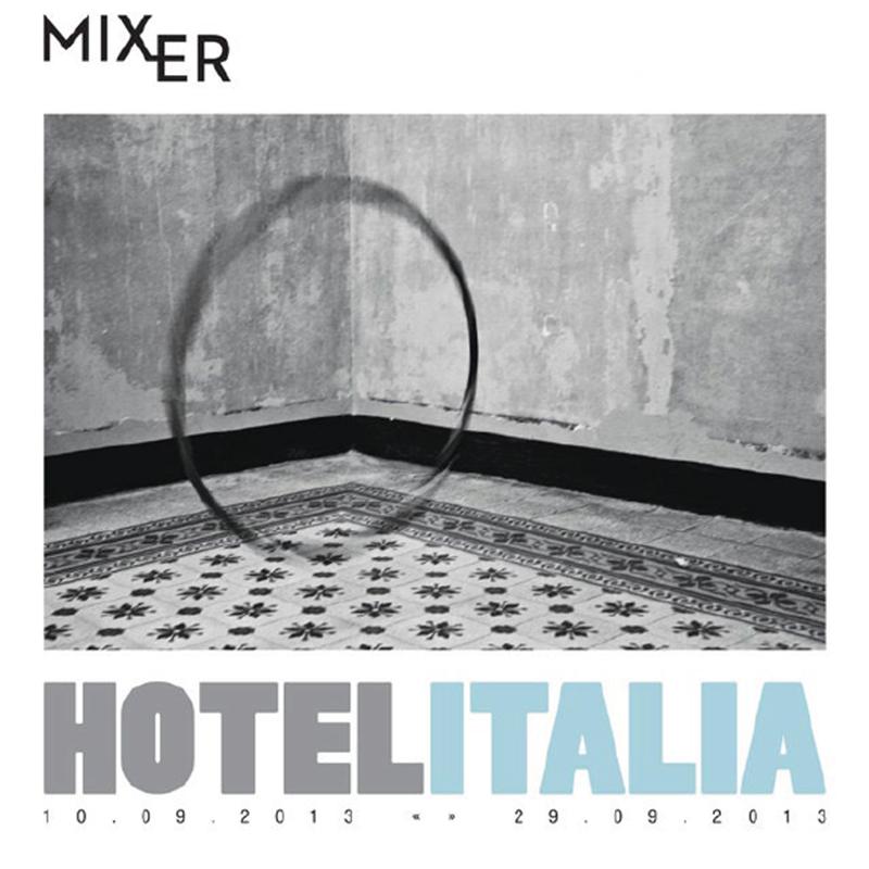 Hotel Italia    Hotel Italia sergisinin sanatçı ve küratörleri, bir zamanlar kasıtlı olarak Italia adı ile 'onurlandırılmış' bu otelin ancak kültür ve sanatın iyileştirici özelliği ile dönüştürülebilirliğini düşünerek sergiye bu ismi verdiler. Serginin odak noktası 'Hotel Italia' ziyaretçilerine -son zamanlarda sivil itaatsizlik ve politik merkez yoksunluğu yaşayan İtalyan ulusunu çağrıştırarak- sadece otel odalarının duvarlarından oluşan bir labirentte asılmış eserleri görme şansı değil, aynı zamanda onları ait olduğu yerden koparılmış beyaz galeri duvarlarında görme imkânı sağlıyor ve bu durum, otelin sıra dışı ve geçici 'misafirlerinin' akıllarını karıştıracak gibi görünüyor. Ayrıca sosyo - politik anlamda dengesi bozulan İtalyan toplumunun farklı coğrafyalardaki temsili direnişini sembolize ediyor.