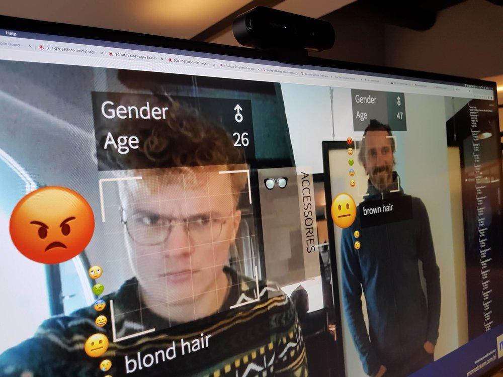 Glotzi in Action zeigt Emojis, Alter, Gender, Haarfarbe und Accessories