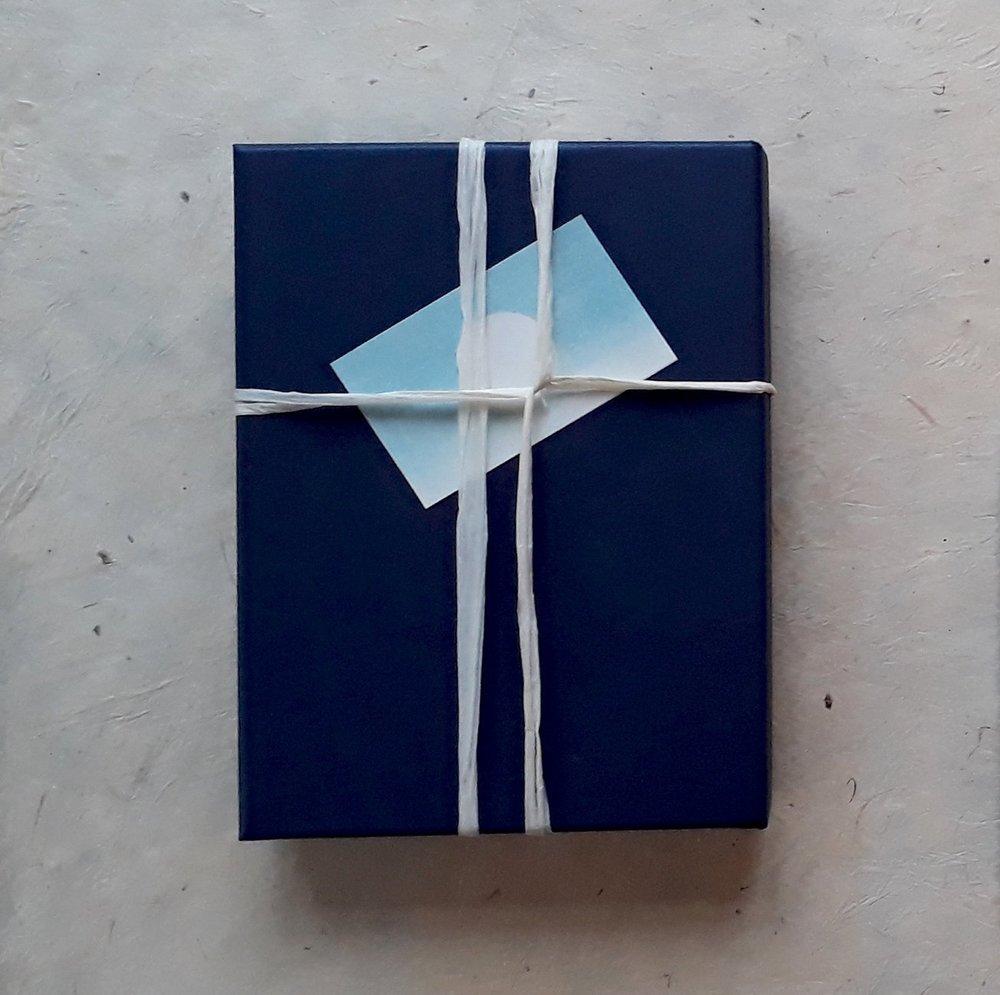 Geschenkbon 1 - Deze geschenkbon is geschikt voor wie nog geen ervaring heeft met de Marie Kondo Methode.We ruimen samen je kleerkast op en je beslist welke items je blij maken en welke niet. Na dit selectieproces leer je de specifieke opvouw- en opbergtechnieken. Je eindigt met een zichtbaar resultaat: een mooi geordende kleerkast die je blijvend vreugde zal geven.Deze bon bevat:1 Telefonisch opstartgesprek   30 minIk bel je op om even kort kennis te maken.1 Individuele opruimsessie - kleding   5 uurIk kom naar je thuis en we gaan samen aan de slag met je kleerkast.1 Telefonisch opvolgingsgesprek   30 minIk bel je achteraf op, beantwoord je vragen en geef je nog extra steun en motivatie.285 euro incl BTW   1 jaar geldig