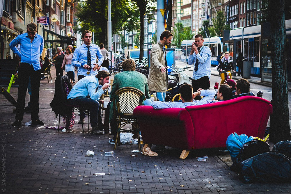 I love how in street scenes like this one, you can see so many people simultaneously minding their own business! It's like telling half a dozen stories at the same time.