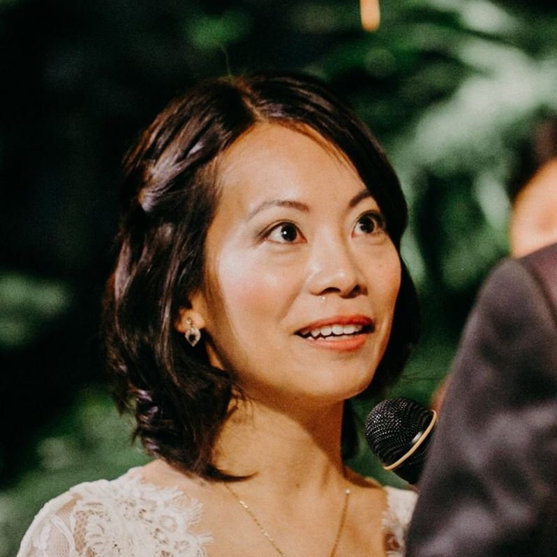 Super duper natural, no-makeup makeup, this bride opted for no false lashes and as natural a makeup as possible and she looks gorgeous, doesn't she? Less is more!