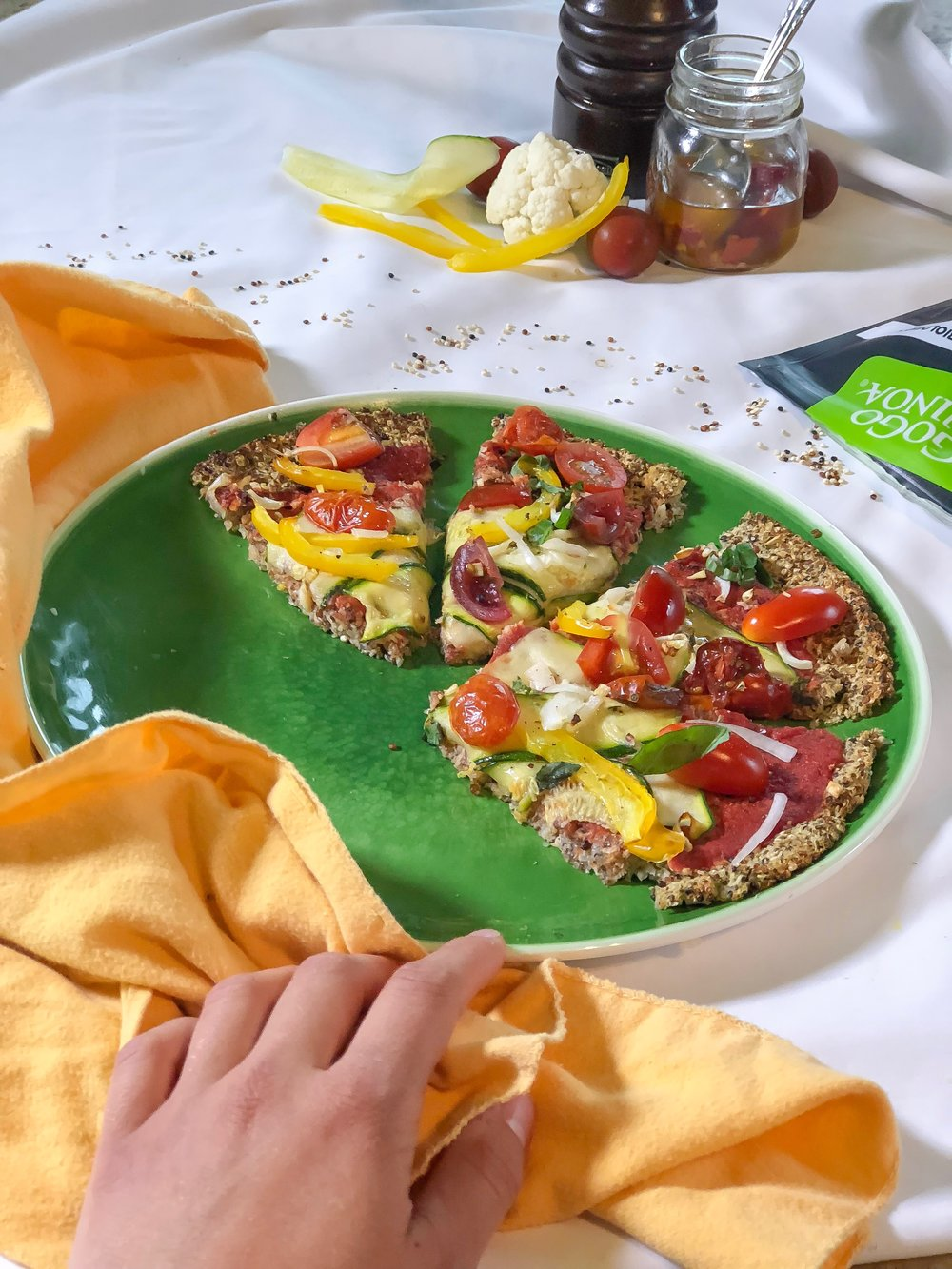 Garniture: Zucchinis, poivrons jaunes, tomates ceries, basilic frais, sauce tomate, oignons jaunes, ail, sel et poivre.