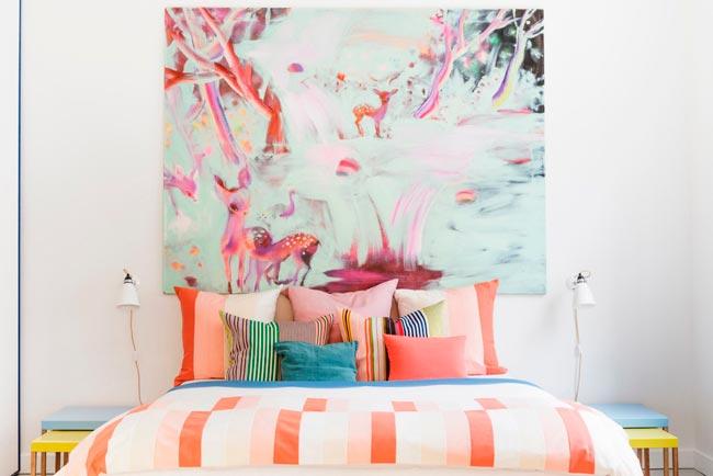 Linda-Bergroth-cama-sin-cabecero-piso-estilo-nordico-sofa-tapizado-flores.jpg