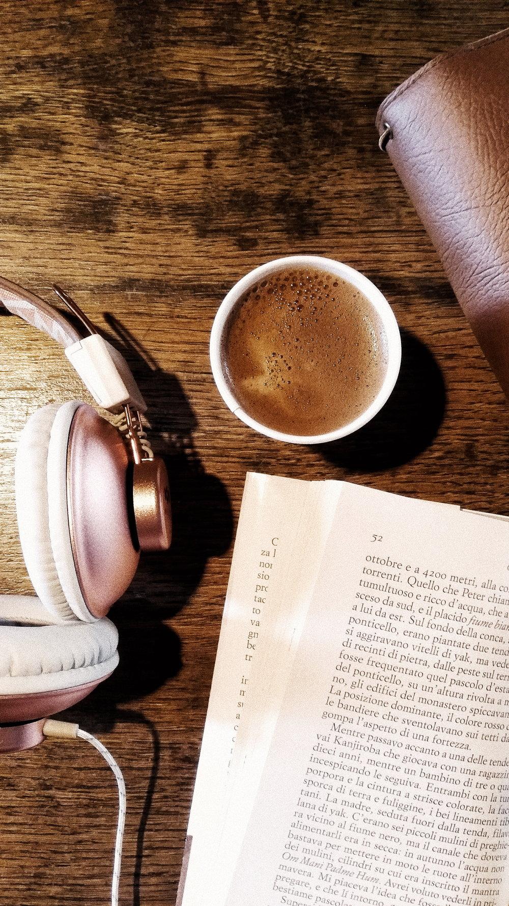 Coffee break made of music, words and barley coffee with rice milk at  Radice Tonda .  Pausa caffè con musica, parole e caffè d'orzo con latte di riso da  Radice Tonda .