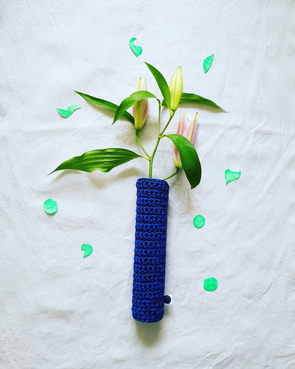 Les Vases - De toutes les couleurs et crochetés à la main, ils mettront en valeur vos plus belles fleurs.Plusieurs formes sont disponibles.