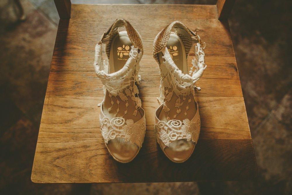 4. LLÉVATE OTRO CALZADO   No dejes que un dolor de pies fastidie tu boda. Llévate otro calzado cómodo para que en la fiesta puedas descansar y bailar cómodamente. Así podrás disfrutar hasta el último minuto sin que esos zapatos tan bonitos que te has comprado acaben por destrozar tus pies.  Otra opción seria escoger unos zapatos bonitos pero cómodos a la vez. Ahora se llevan zapatos con menos tacón o sin tacón y son igual de elegantes.