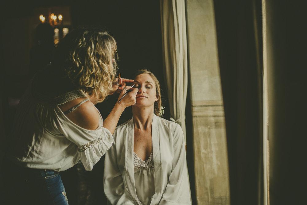 """5. BUSCA UNA BUENA MAQUILLADORA   Una de las cosas muy importantes es el maquillaje. Busca una buena profesional ya que a parte de saber resaltar tu belleza natural también usará buenos productos que son tan importantes para que el día de la boda no parezcas un """"mapache"""" de tantas lágrimas que van a brotar. Sobre todo hazte una prueba de maquillaje, aunque una buena profesional siempre lo hará."""