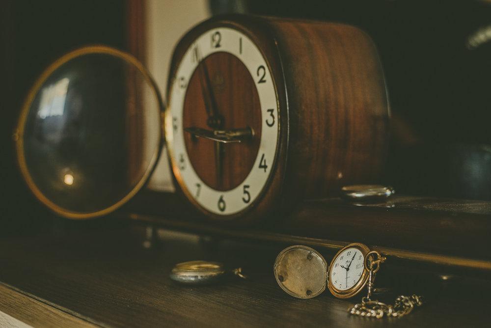 6. NO TE OBSESIONES CON LA HORA .  El día de la boda lo menos que tienes que hacer es estar todo el rato pendiente del reloj porque eso te hará ponerte más nerviosa.  ¡No te preocupes, que la boda no empieza sin ti!