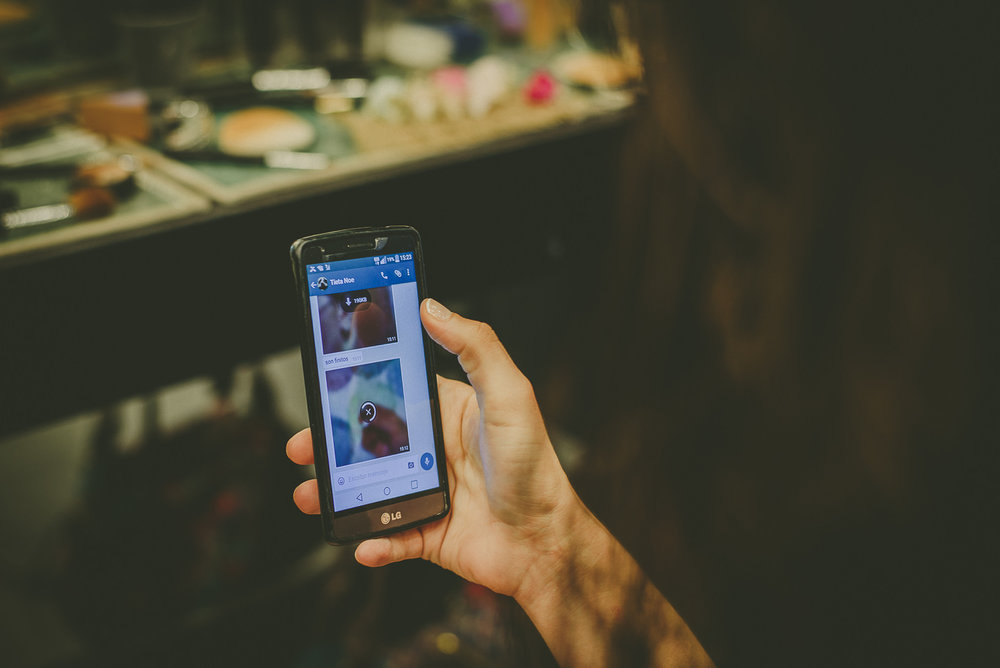 7. DESCONECTA EL MÓVIL   Olvídate del móvil el día de tu boda. Desconectalo.  Me he encontrado en bodas que las novias se estaban arreglando y todo el mundo le estaba llamando para pedirle cosas llegando a aumentar los nervios. Ese día si alguien necesita algo es mejor que llamen a los familiares o amigos.