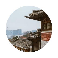 Bom saber: a aldeia Bukchon Hanok está entre os palácios Gyeongbokgung e Changdeokgung, então vale a pena visita-la no mesmo dia que for a um deles (ou aos dois, caso tenha tempo suficiente). -