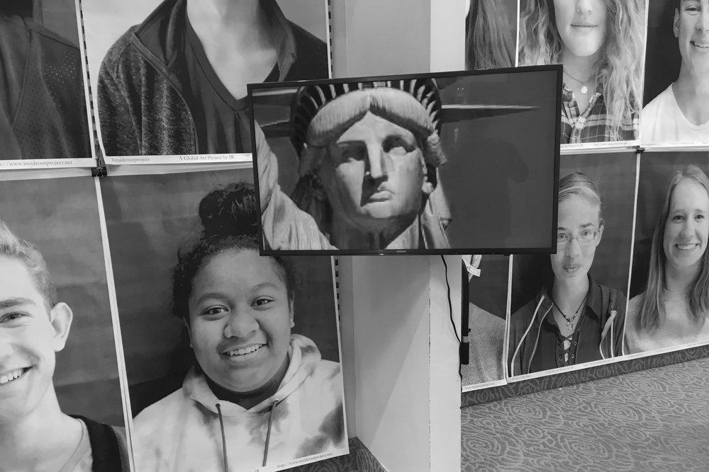 Una exhibición de materiales de la cohorte piloto de ¿Quién es Americano Hoy? abrió en Artcetera, la galería administrada por estudiantes del Centro Towne de Provo. Los materiales para esta exposición incluyen impresiones, video y audio de Historias Digitales.