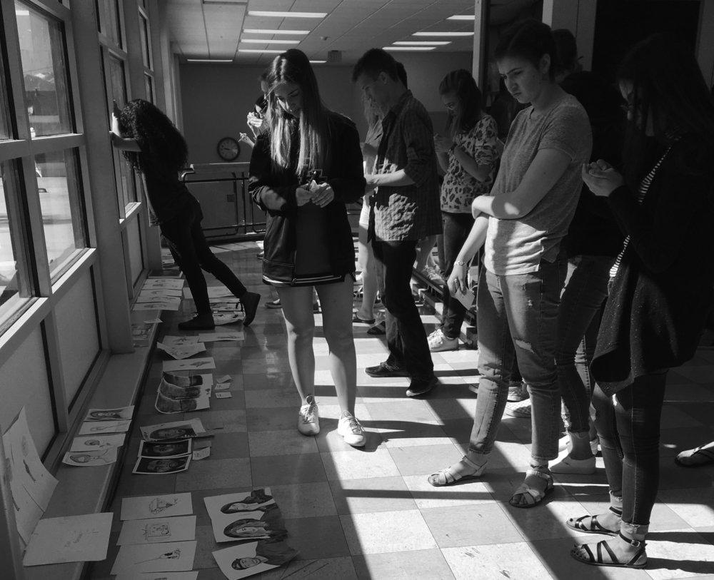 Los estudiantes discuten el trabajo en la crítica, Escuela Secundaria Provo