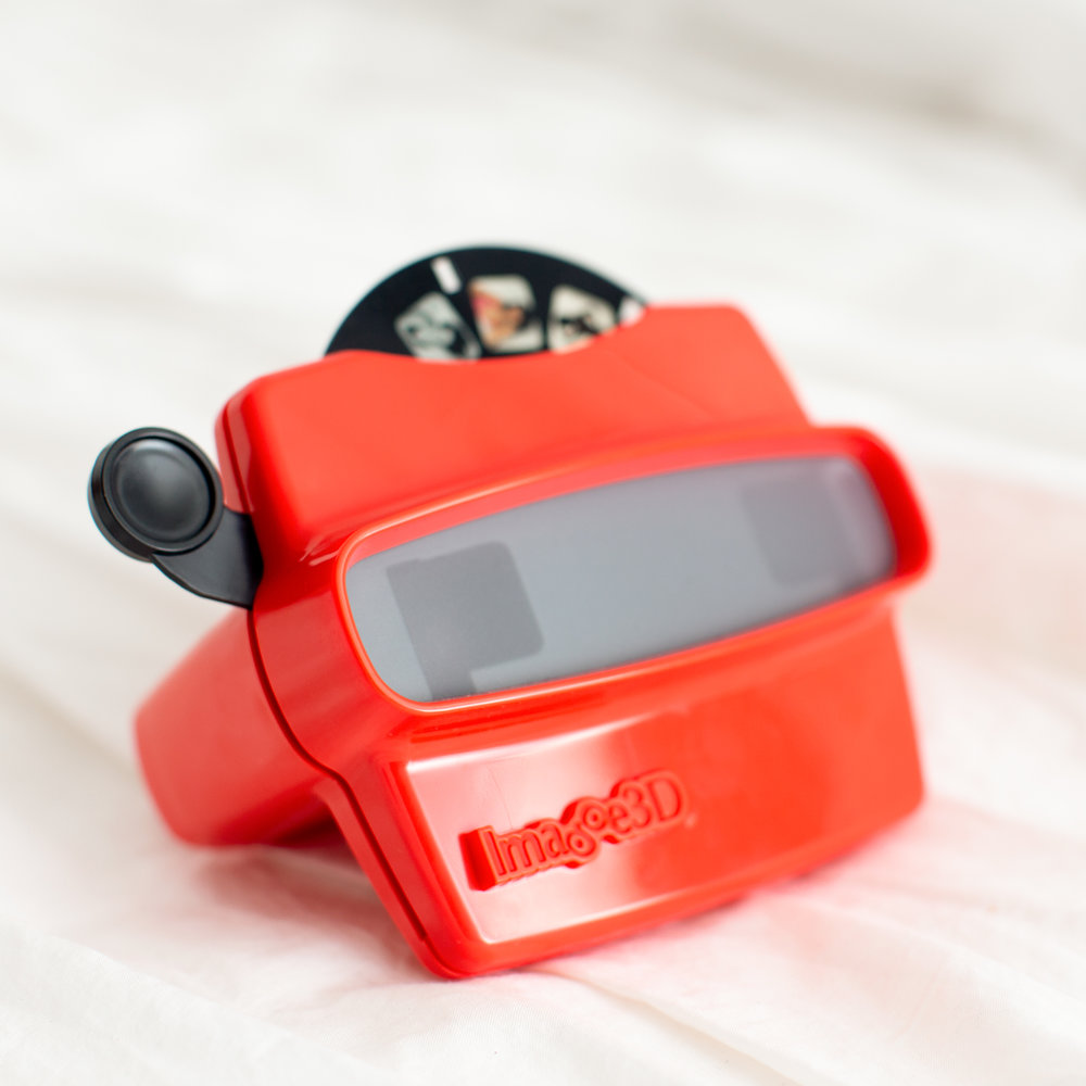 VIEWFINDER - Red viewfinder with photo diskIncludes 7 images + cover imageAdd on to any collectionFun retro gift!