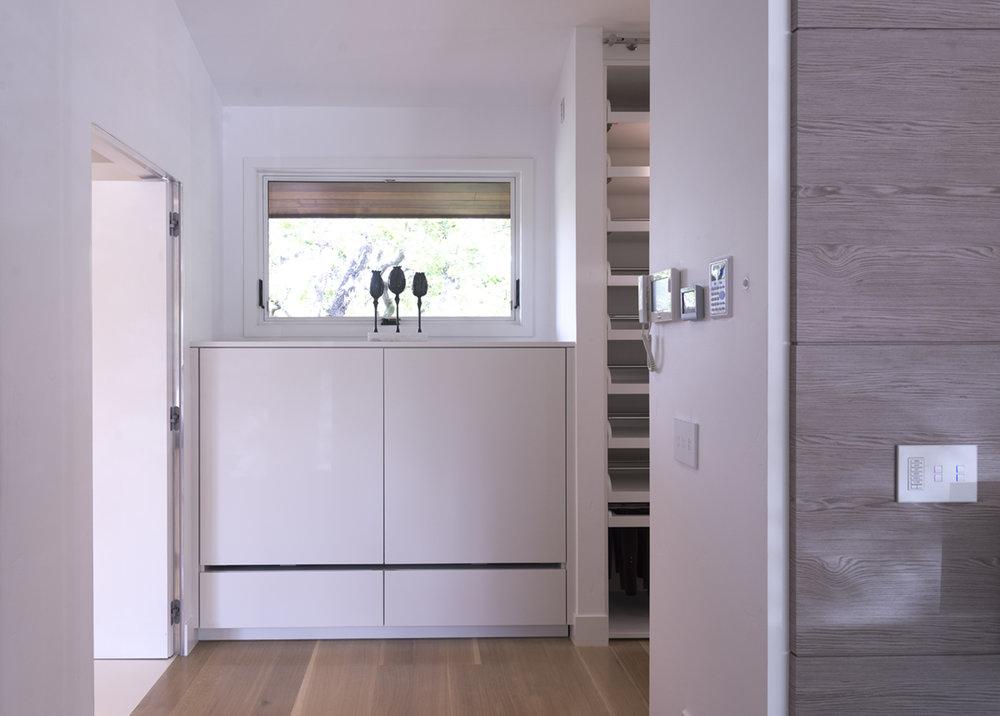 coplanar lacquered closet
