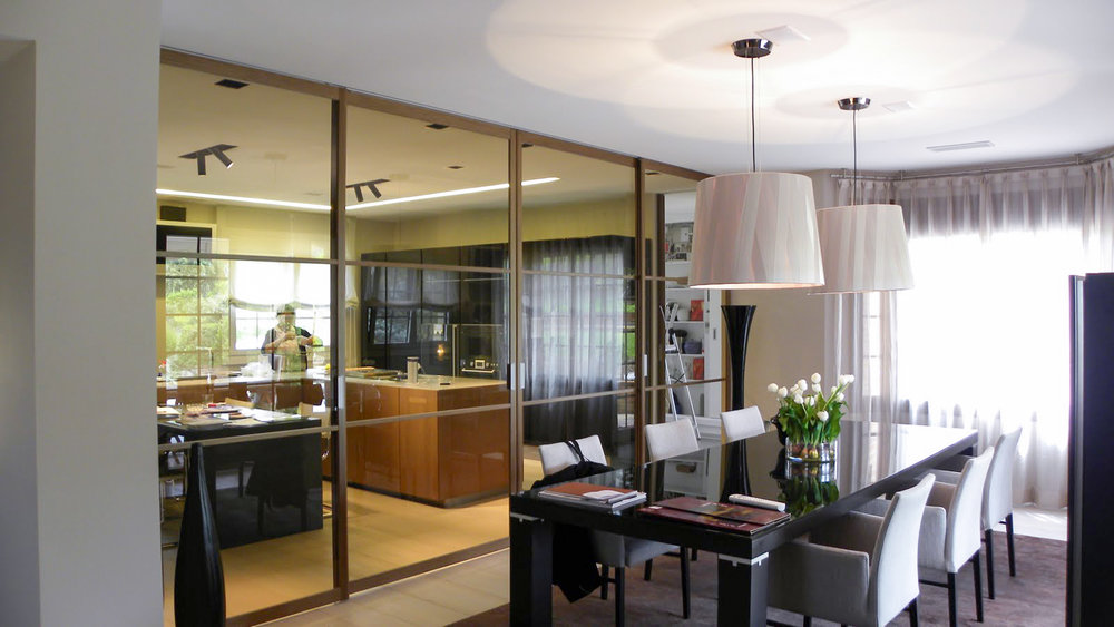 dining room with access to the kitchen through reflective sliding panels.