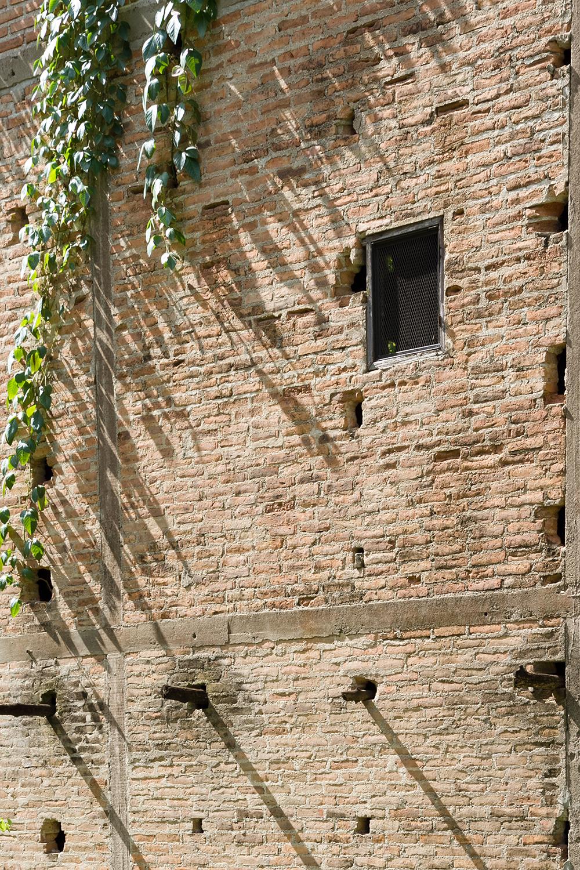 kaomai museum_brick facade and holes