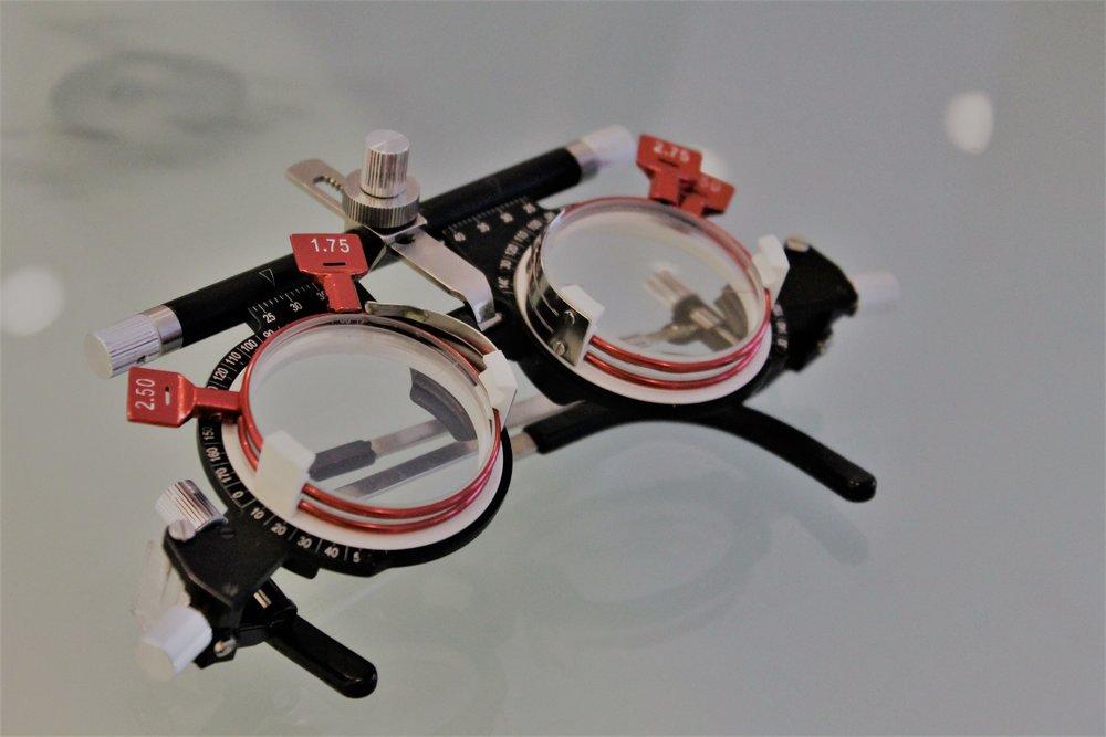 L'occhialino di prova con il quale lo specialista effettua l'esame della vista e simula per la prima volta la quella che sarà la gradazione delle lenti.
