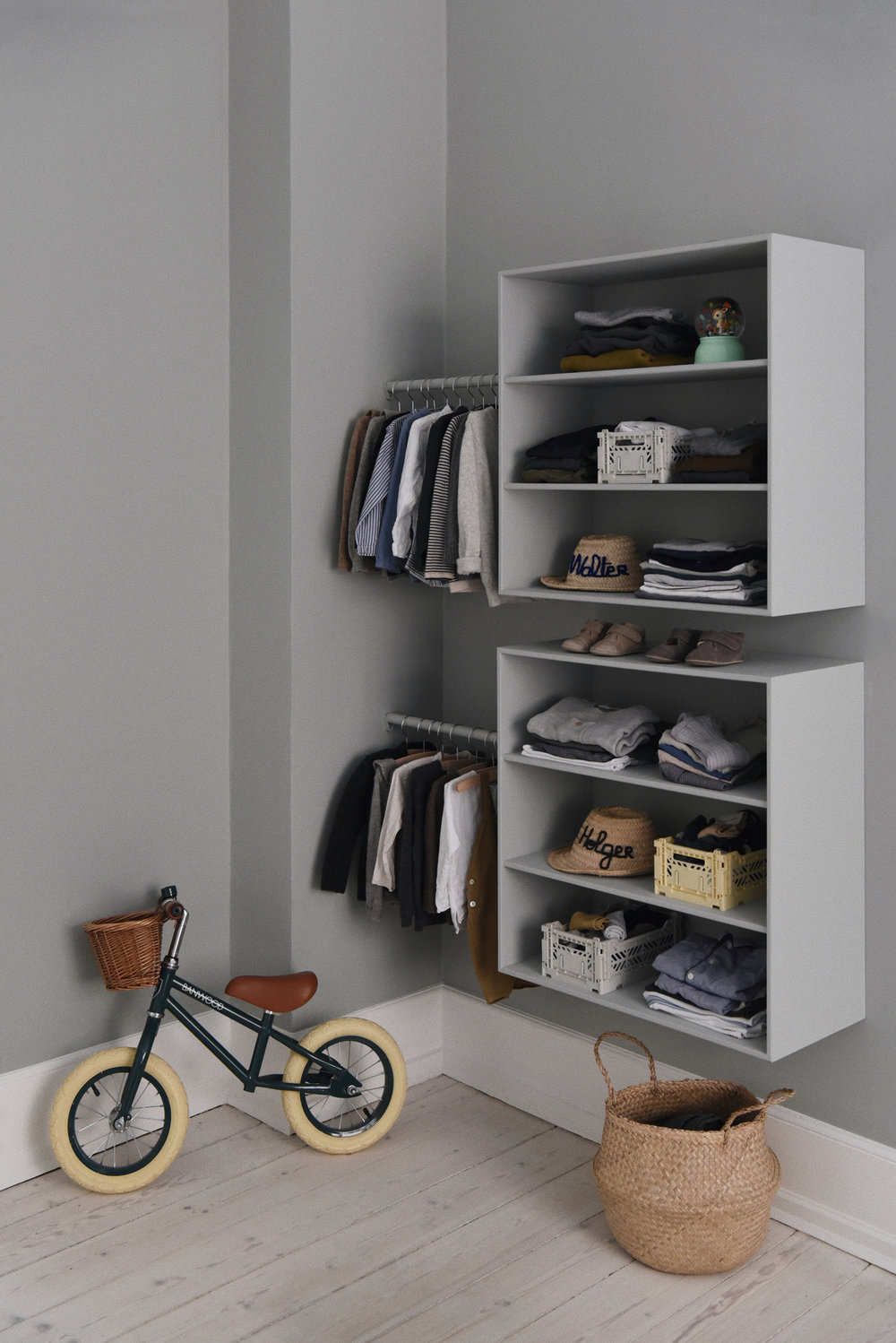 The  Banwood Balance bike  and clothes in one corner of Walter and Holger's room. Also there, sweaters from Danish brand  Holmm , and  night wear  from also Danish On Cloud Nine.