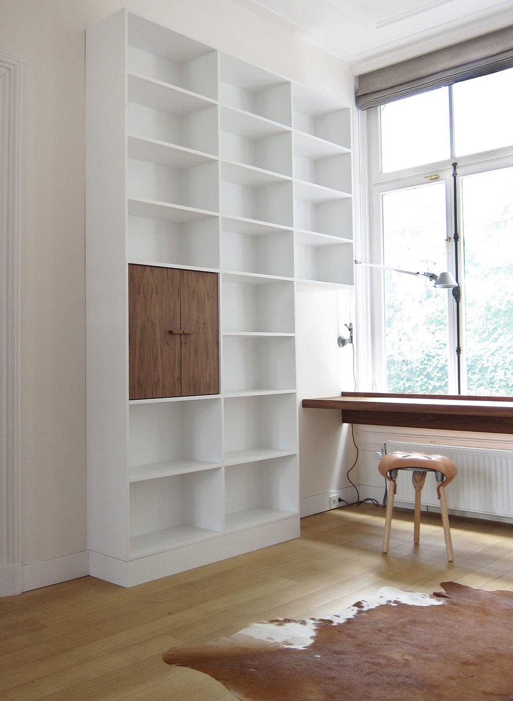 boekenkast wit en notenhout m151