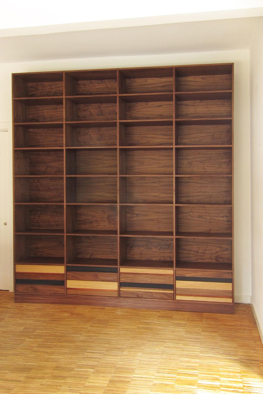 boekenkast-notenhout-met-laden.jpg