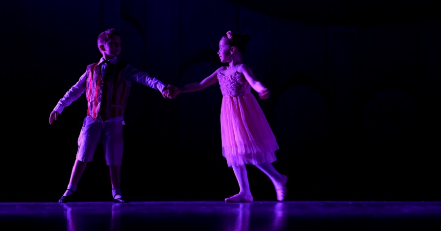Workshop 2Van Hofdans tot hedendaagse dans - Jongens en meisjes dansen door de eeuwen heen:een hofdans, een rocks & roll, disco, ballet, hedendaagse dans.De workshop maakt de (gelijkwaardige) relatie tussen jongens-meisjes bespreekbaar, zet rollenpatronen in vraag, en respecteert ook de verschillen.