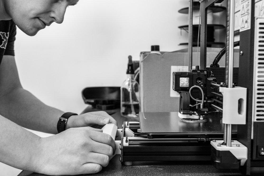 - Måten vi jobber på gjør det mulig å utvikle produkter i tett samarbeid med sluttbruker for å tilpasse ulike behov.Med god støtte og dialog med NAV Hjelpemiddelsentral, fysioterapeuter og EGGS Design har vi utviklet et produkt som ivaretar ergonomi, praktisk bruk og estetisk design. Slik håper vi å bidra til at flere opplever gleden aktivitet har gitt oss!